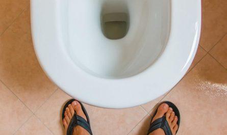 'eau coule dans les toilettes